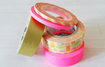 rouleau masking tape coloré pour décorer oeufs de pâques en bois