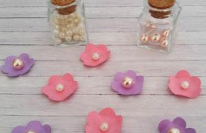 faire des fleurs en papier rose et violet avec des perles