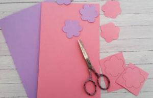 fleurs en carton violet et rose decoupe