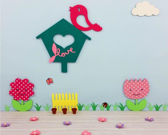le printemps est la avec une jolie tulipe et marguerite un oiseau sur son nichoir