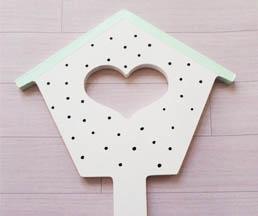 nichoir coeur bois à customiser, peinture blanc, vert pastel, posca