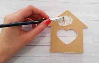 cabane coeur en bois à customiser, collage tissu colle bois