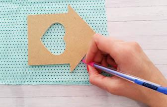 petite maison coeur bois à customiser, contour tissu crayon