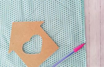 maison bois à customiser, découpage tissu bleu pastel diy