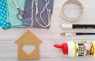 maison bois coeur à customiser, colle bois, pinceau, posca, tissu