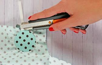 cutter, enlever surplus tissu sucette bois à customiser