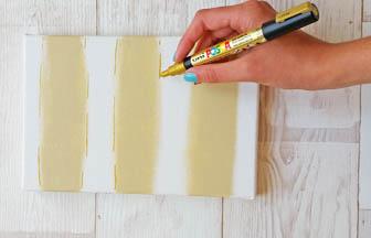 contour ligne peintre beige, posca or, châssis, déco diy salle bain