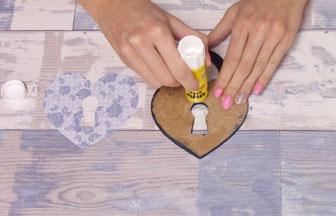 cadenas coeur à customiser en bois, collage papier fleur vintage bleu