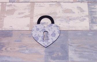 petit cadenas coeur à customiser en bois, peinture bleu, papier fleur vintage