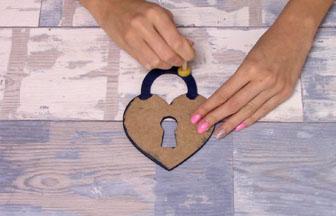 cadenas coeur en bois à customiser, peinture bleu foncé