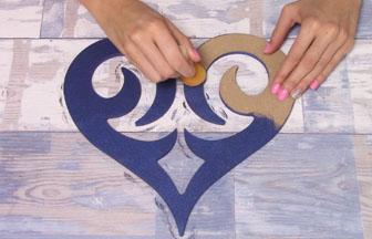 coeur ajouré en bois à customiser, peinture surface bleu foncé