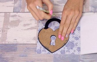 cadenas coeur bois à customiser, déco papier fleur bleu pastel