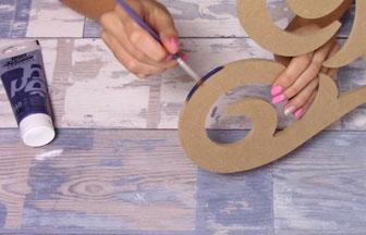 coeur ajouré en bois à customiser, peinture des tranches bleu foncé