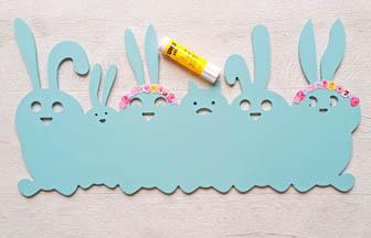 famille lapins à customiser en bois, couronnes fleurs en papier à coller sur têtes