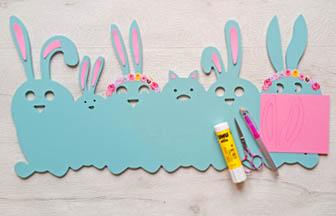 frise famille lapins en bois à customiser, déco oreilles carton rose diy