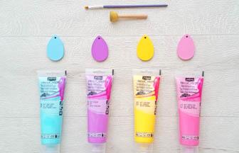 mini oeufs en bois à customiser, déco peinture pébéo bleu, violet, jaune, rose