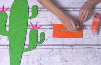 cactus sur socle à décorer en bois, peinture orange pébéo du socle