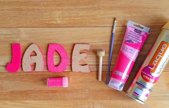 lettres majuscules en bois à customiser prénom, peinture rose, paillettes rose diy