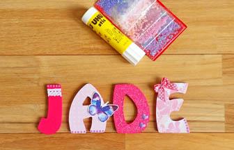 lettres en bois à customiser, prénom fille jade, déco stickers, dentelle, strass, papillon