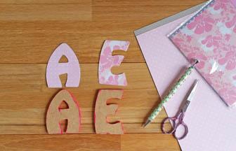 lettres majuscules à customiser en bois, prénom fille, déco papier rose, fleurs