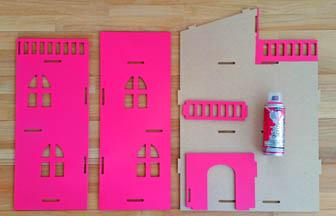 maison en bois poupée à customiser, peinture bombe rose vif pébéo murs