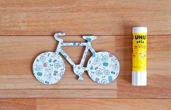 vélo en bois à customiser, coller papier motifs vélo diy