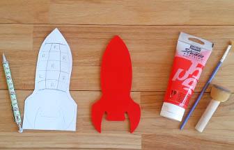 fusée en bois à customiser, peinture rouge pébéo, découpe en papier tintin
