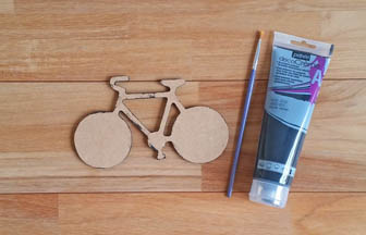 vélo en bois à customiser, peinture noir des tranches pébéo