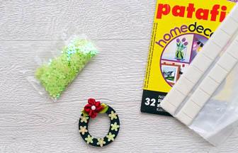 lettre bois à customiser, déco fleurs plastique vert, fleur tissu