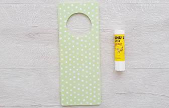collage papier vert pastel, plaque poignet porte bois à décorer