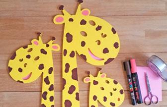 déco 3 girafes n bois, taches posca marron et rose oreilles