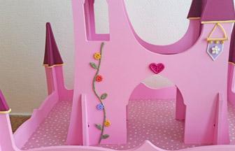 pâte à modeler déco diy fleurs sur le château de princesse en bois à customiser