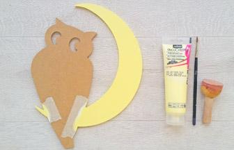 chouette lune à customiser en bois, déco lune peinture jaune pastel pébéo