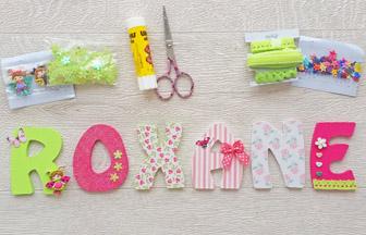 décoration diy prénom lettres majuscules en bois, stickers, strass, papillon, fleurs