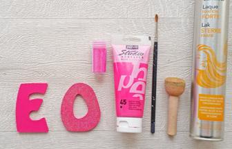 lettres en bois à décorer majuscules, peinture rose, paillettes laque
