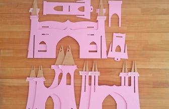 château de princesse en bois à customiser, peinture pébéo rose pastel