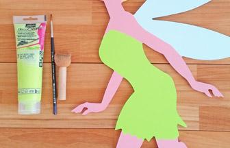 fée chignon en bois à décorer, peinture vert pastel pour la robe pébéo