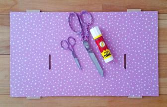 coller tissu rose pastel sur le plateau du château de princesse en bois