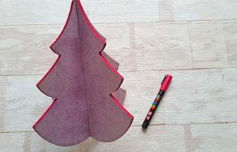 posca rose pour colorier les tranches du grand sapin 3D en bois