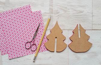 petit sapin 3d en bois, décoration avec du papier rose blanc géométriques