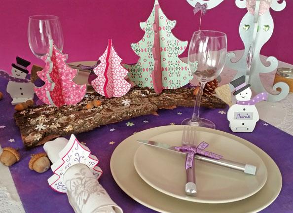décoration table de noël rose, violet, supports bois, porte serviette, nom, sapin