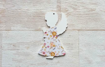 petit ange qui prie en bois percé, peinture blanc et papier fleurs rose