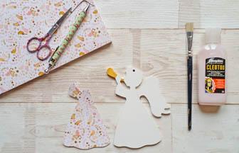 ange trompette à décorer en bois avec du papier fleurs rose