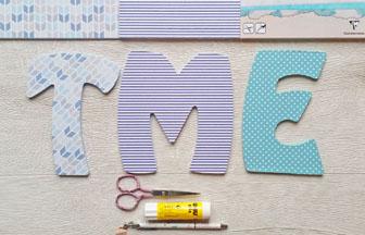 lettres en bois à customiser majuscules avec du papier coloré