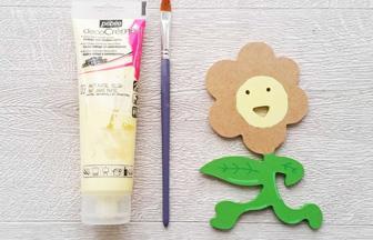 fleur sourire en bois à customiser, peinture jaune pastel centre