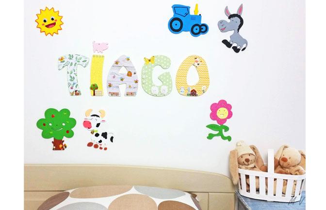 chambre enfant décoration ferme avec des supports en bois à décorer