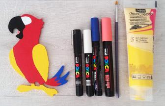 perroquet en bois, peinture jaune et posca coloré pour les détails
