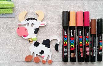 petite vache en bois à customiser, déco diy avec des posca, ruban et grelot