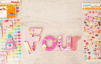 lettres en bois à déco diy avec des stickers : coeur, gâteaux, étoiles