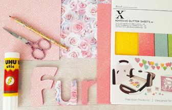lettres en bois à décorer, papier rose paillettes et fleurs